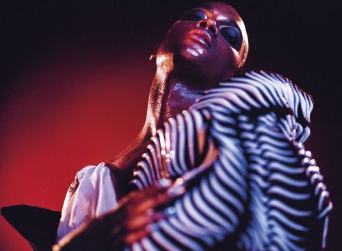 Lotic:  chasseuse au groove moderne